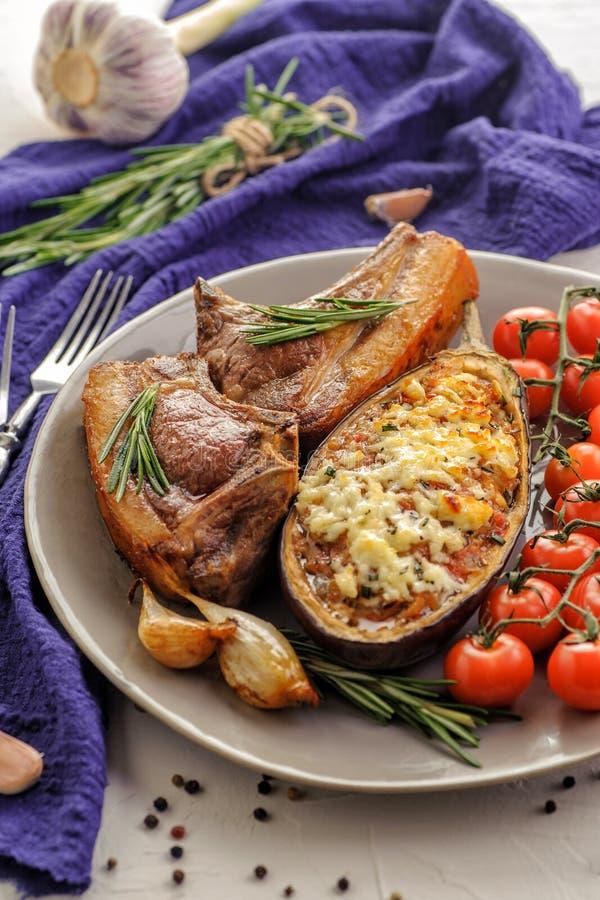 Gebackene Auberginen mit gebratenem Fleisch stockbilder