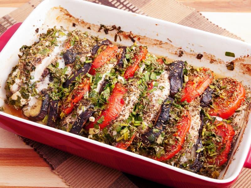 Gebackene Auberginen mit Tomaten lizenzfreie stockfotos