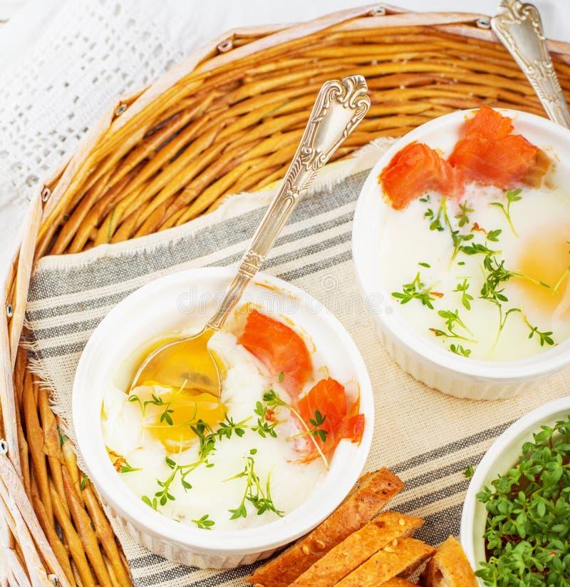 Gebackene Eier mit Lachsen in einer Reihe formt stockfotos