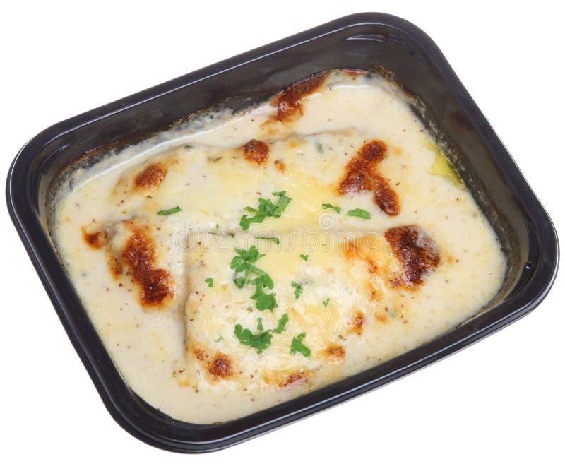 Gebackene Fisch-u. Käse-Soße-betriebsbereite Mahlzeit lizenzfreie stockfotos