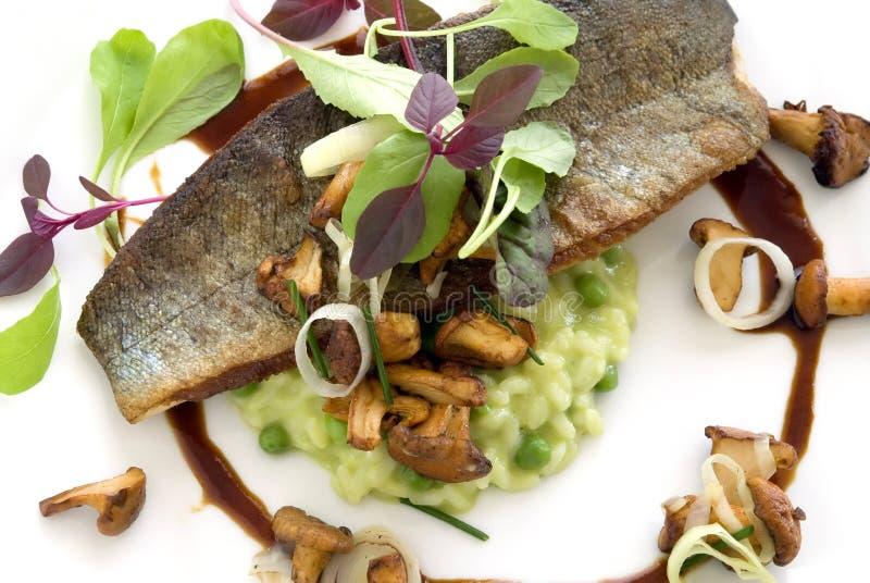 Gebackene Fische über Risotto lizenzfreies stockbild