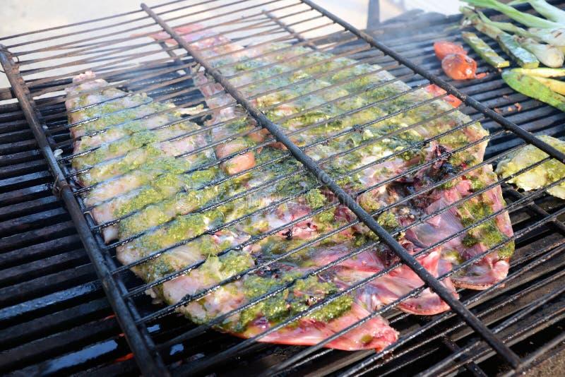 Gebackene Fische auf dem Grill, Fische auf Feuer lizenzfreie stockfotografie