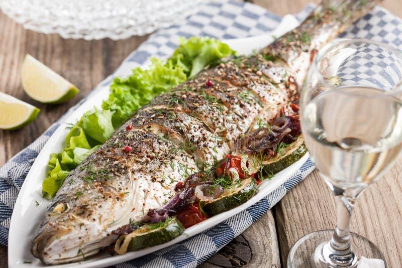 Gebackene Fische mit Gemüse lizenzfreie stockfotografie
