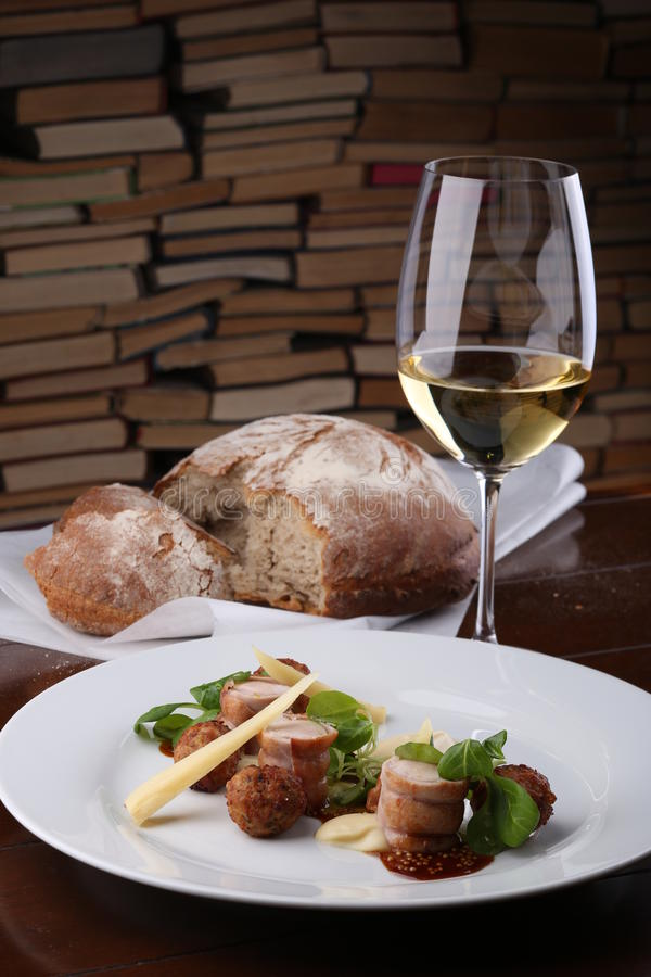 Gebackene Fleischkaninchenrolle und -rissole mit chees, pökelt auf weißer Platte lizenzfreies stockfoto
