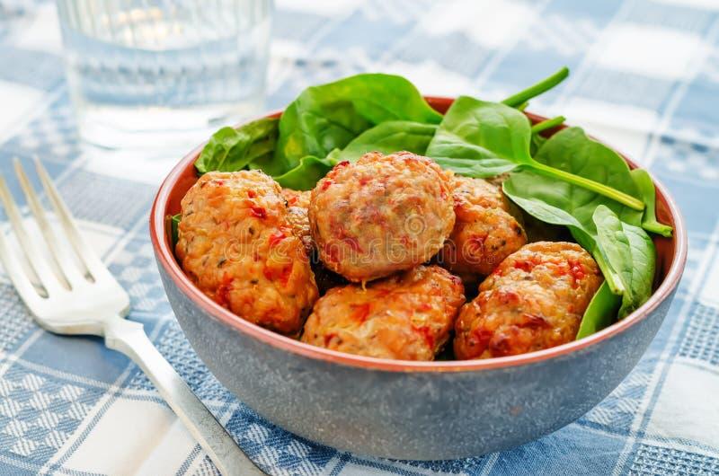 Gebackene Fleischklöschen mit Pfeffer und Spinat stockfoto