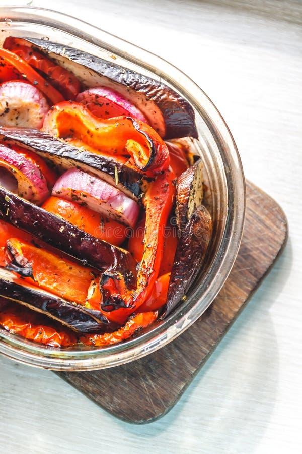 Gebackene Gem?setomaten, Auberginen, blaue Zwiebeln, Zucchini, Zucchini in der Glasform auf einem hellen wei?en Hintergrund Das K lizenzfreie stockfotografie