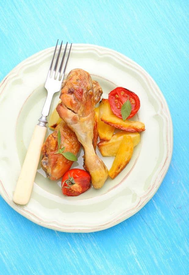 Gebackene Hühnerbeine mit Kartoffeln stockbilder