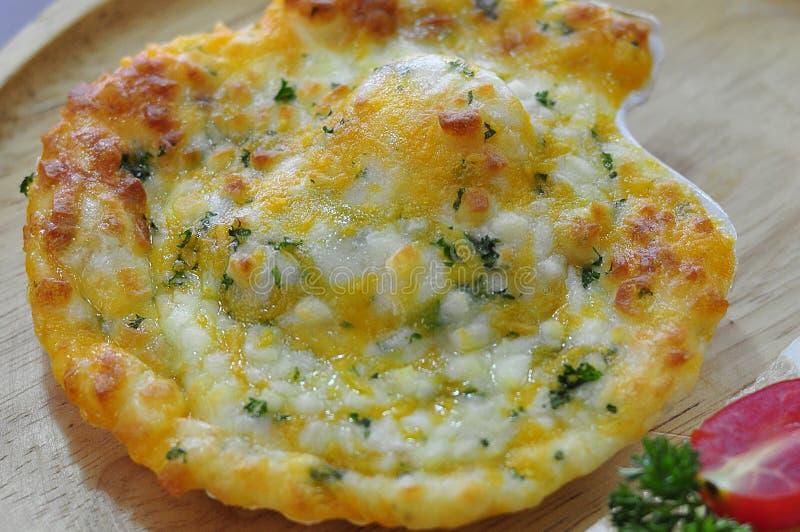 Gebackene Kamm-Muscheln mit Käse stockfoto