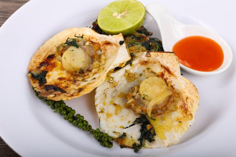 Gebackene Kamm-Muscheln mit Spinat lizenzfreie stockfotos