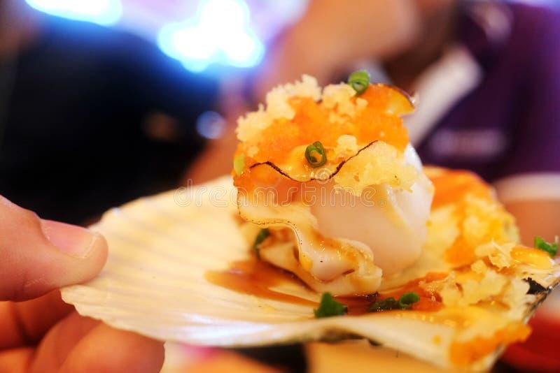 Gebackene Kamm-Muscheln und Käse stockfotos