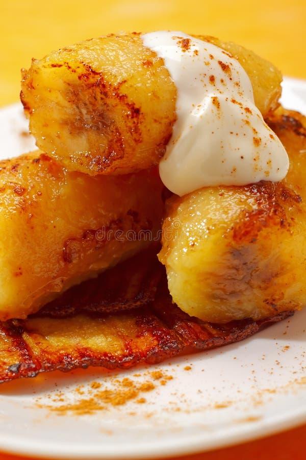 Gebackene karamellisierte Bananen mit Sahne lizenzfreie stockfotos