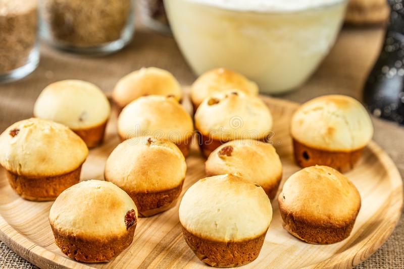 Gebackene Muffins auf einer h?lzernen Platte lizenzfreie stockfotografie