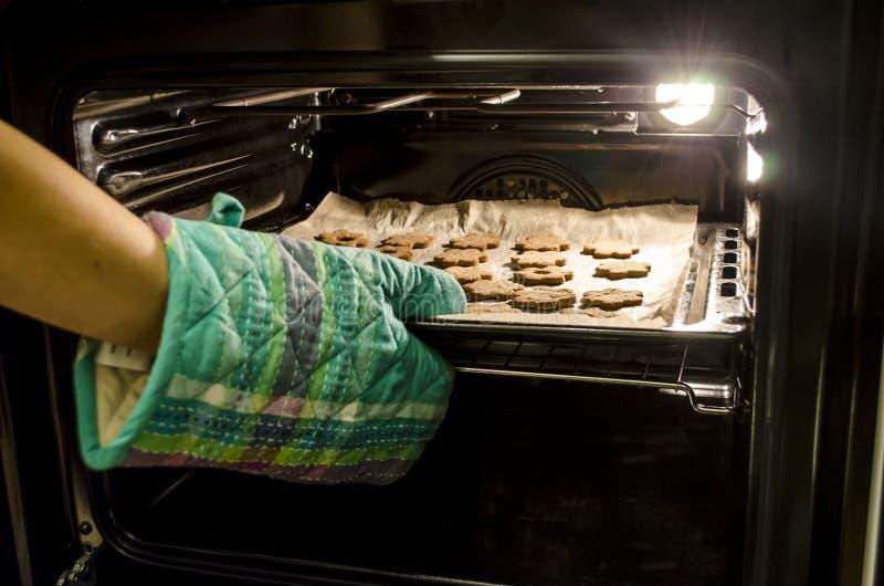 Gebackene Plätzchen im Ofen stockfotos