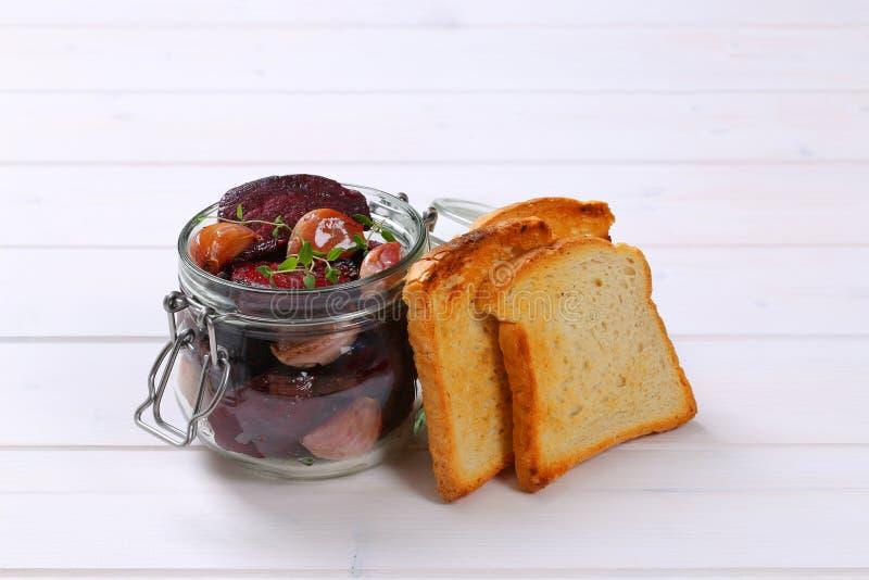 Gebackene Rote-Bete-Wurzeln mit Knoblauch und Toast lizenzfreie stockfotos