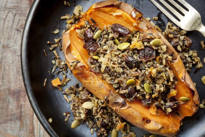 Gebackene Süßkartoffel angefüllt mit Wildreis-Samen und Moosbeeren lizenzfreies stockfoto