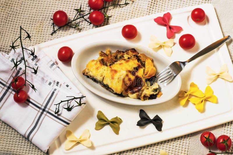 Gebackene Teigwaren mit Tomate stockfotografie