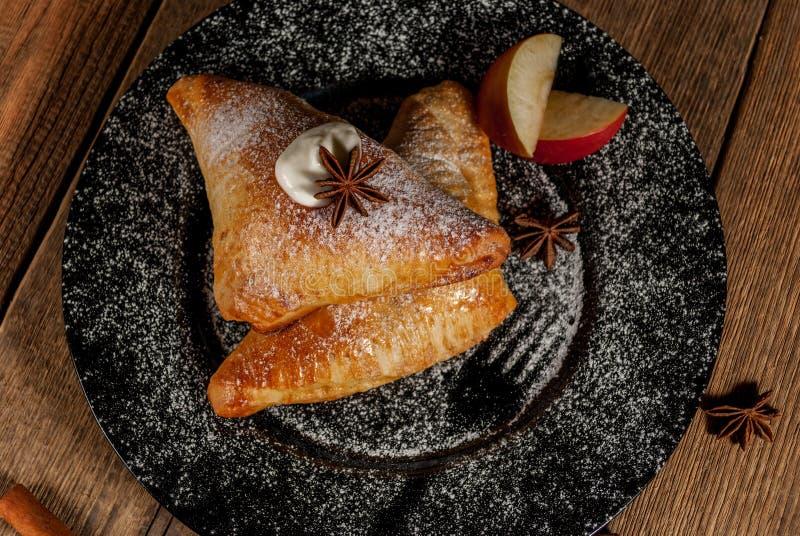 Gebackener Apfel in der weißen Platte stockfotos