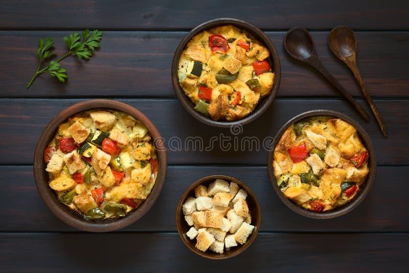 Gebackener Gemüsebrot-Pudding stockfotos