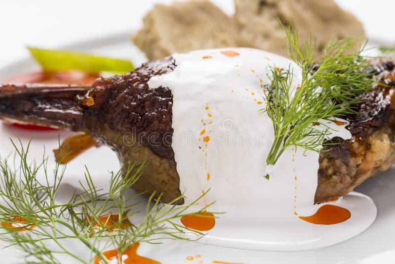 Gebackener Hühnerschenkel, wenn die Soße mit Dill und vegetab verziert ist lizenzfreies stockbild