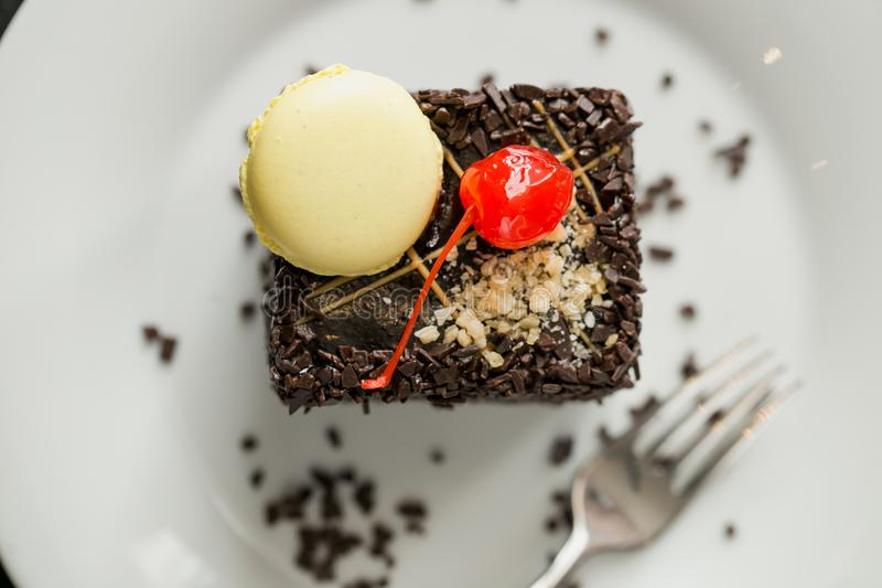 Gebackener Kuchen mit Schokolade und Nuss besprüht und Kirsch- und Buttercreme lizenzfreie stockbilder