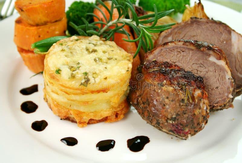 Gebackener Lamm-und Kartoffel-Stapel lizenzfreies stockbild