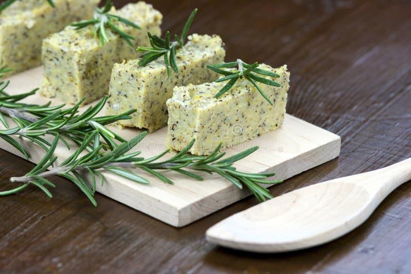 Gebackener Polenta mit italienischem Käse und Rosmarin lizenzfreie stockbilder