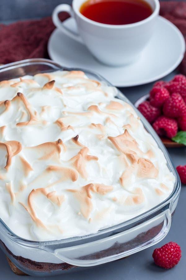Gebackenes Alaska mit Schokoladenschwammkuchen, Himbeereiscreme und lizenzfreies stockfoto