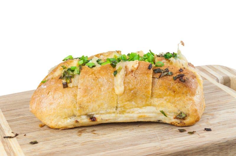Gebackenes ciabatta (italienisches Brot) auf hackendem Brett lizenzfreie stockfotos