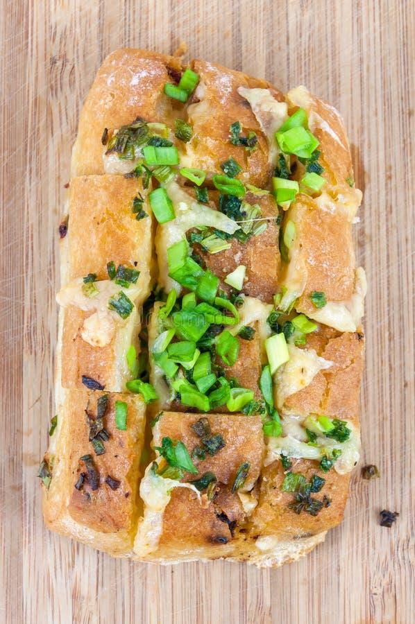 Gebackenes ciabatta (italienisches Brot) auf hackendem Brett stockbild