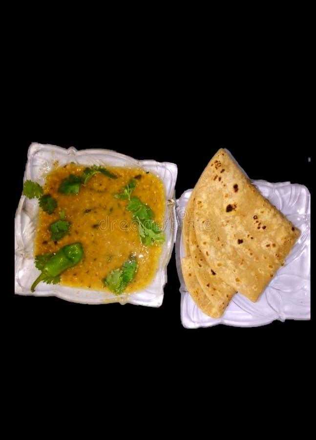 Gebackenes Essen Indische pakistanische gelbe Puls Körner gekocht Mahlzeit Mittagessen Abendessen roti mit Masoor ki daal gekocht lizenzfreie stockbilder