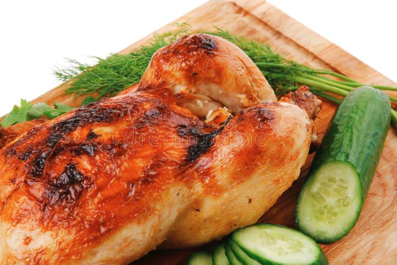 Gebackenes Fleisch: frisches ganzes Huhn mit Gemüse lizenzfreies stockbild
