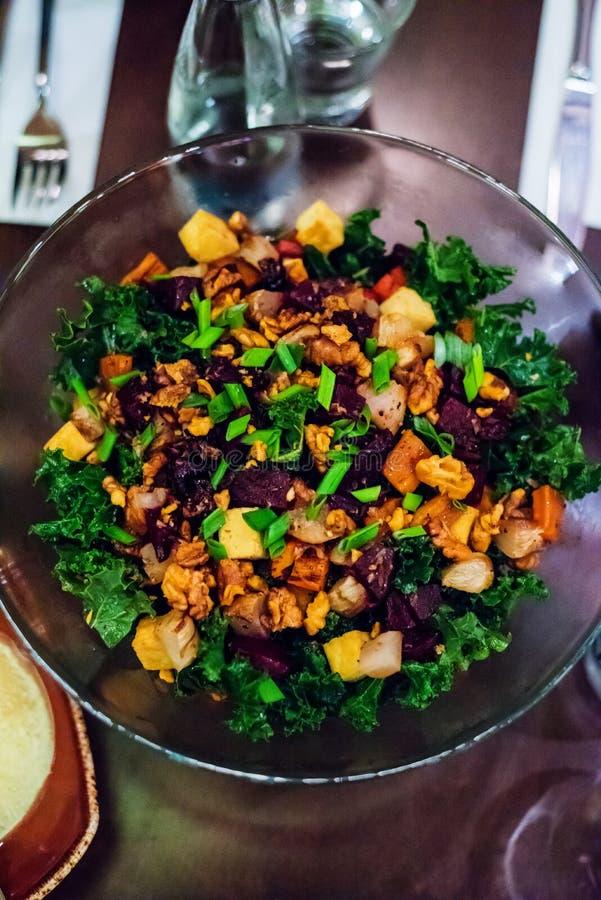 Gebackenes Gemüse, Walnüsse und Kohlsalat stockfotografie