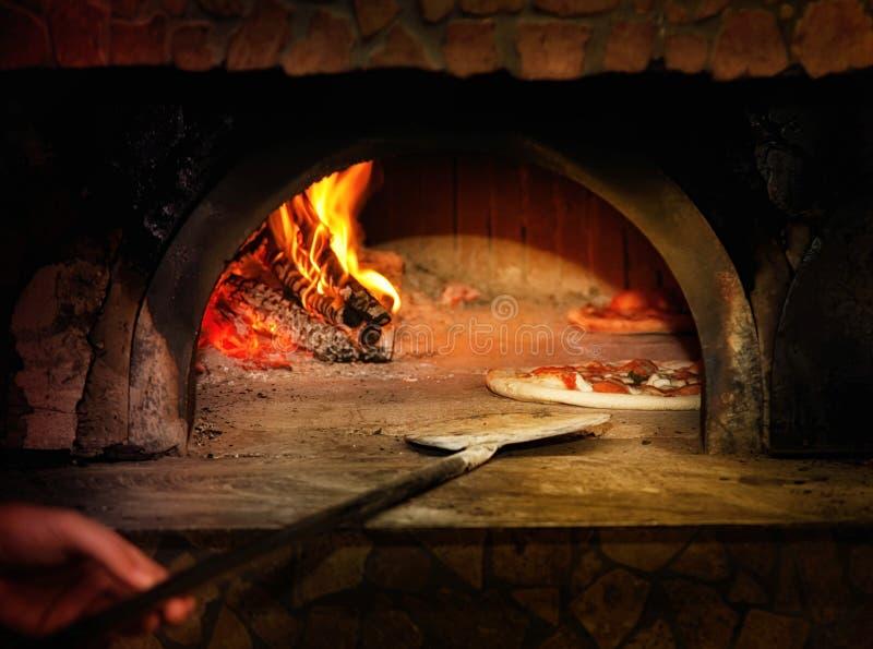 Gebackenes geschmackvolles margherita Pizzaverlassen einen Ofen stockbild