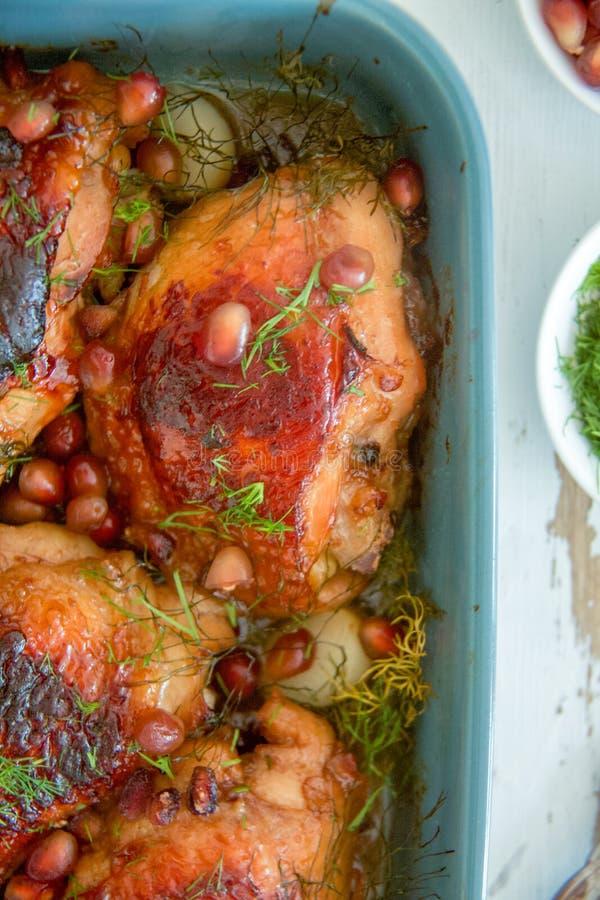 Gebackenes Huhn in der Granatssoße, -knoblauch und -dill stockbilder