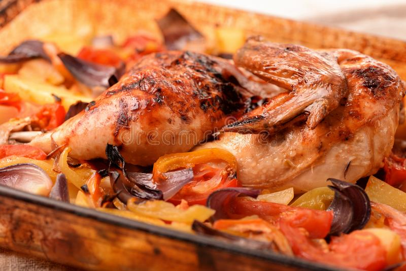 Gebackenes Huhn und Gem?se stockfotos