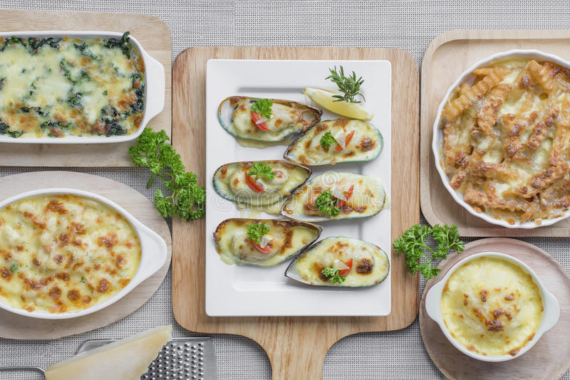 Gebackenes Kartoffelpüree, Spinat, Neuseeland-Miesmuschel, Makkaroni lizenzfreie stockfotos