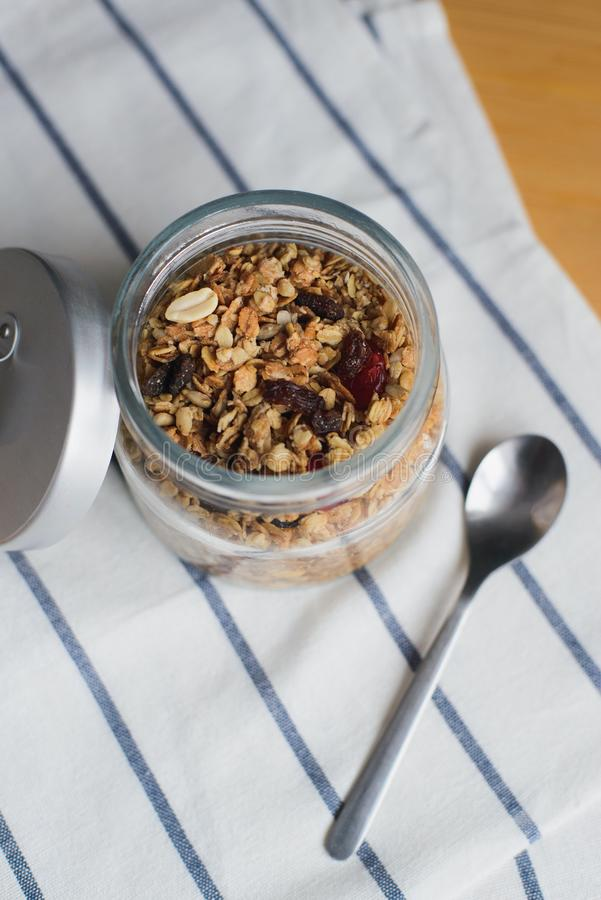 Gebackenes muesli mit Erdnuss-, Haselnuss-, Hafer- und Weizenflocken in der Glasschüssel stockbilder