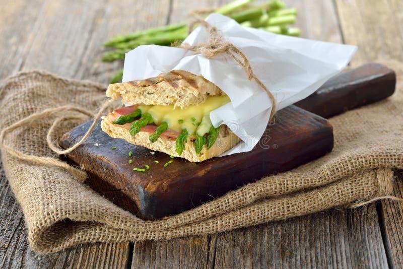 Gebackenes Sandwich mit grünem Spargel lizenzfreie stockbilder
