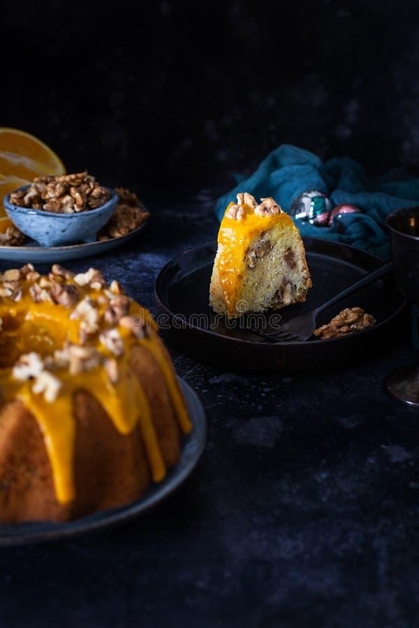 Gebacktkuchen, orangefarbener Kuchen mit Nüssen und gelber Zucker mit türkisem Gewürz stockbilder