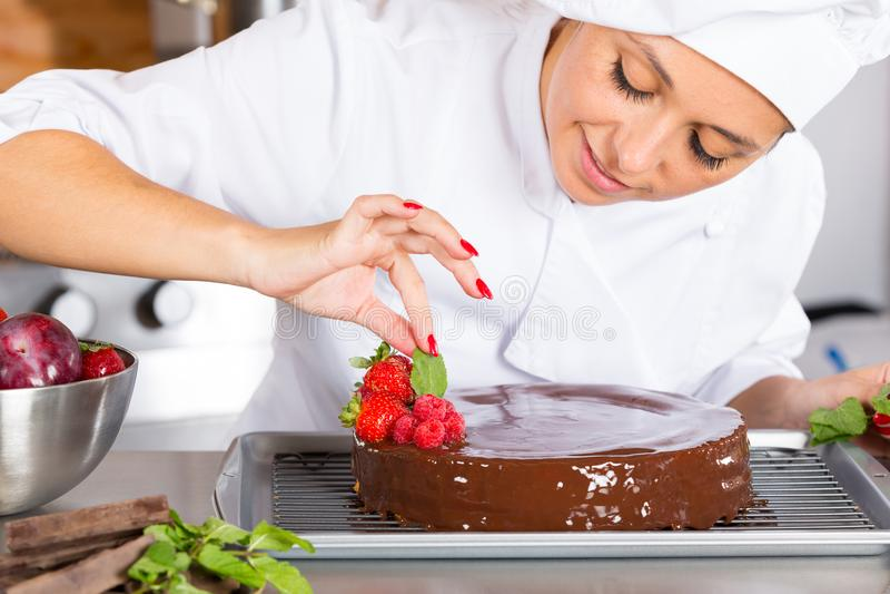 Gebakjechef-kok in de keuken stock foto