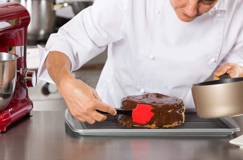 Gebakjechef-kok in de keuken royalty-vrije stock afbeeldingen