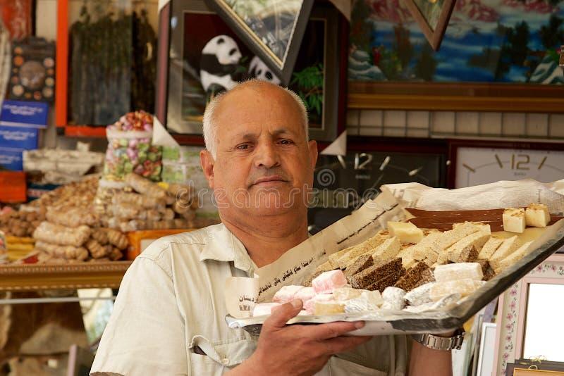 Gebakjekok die zijn delicatessen in Bazaar, Suleymani, Irak, Midden-Oosten dragen stock foto's