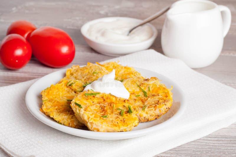Gebakken aardappelen met Zure room en Dille stock fotografie