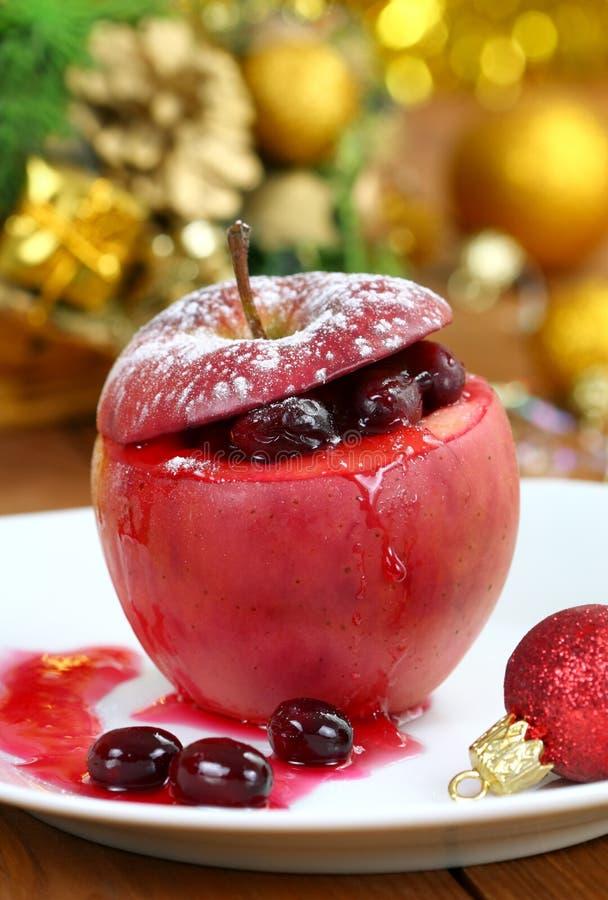 Gebakken appel met Amerikaanse veenbes. royalty-vrije stock afbeelding