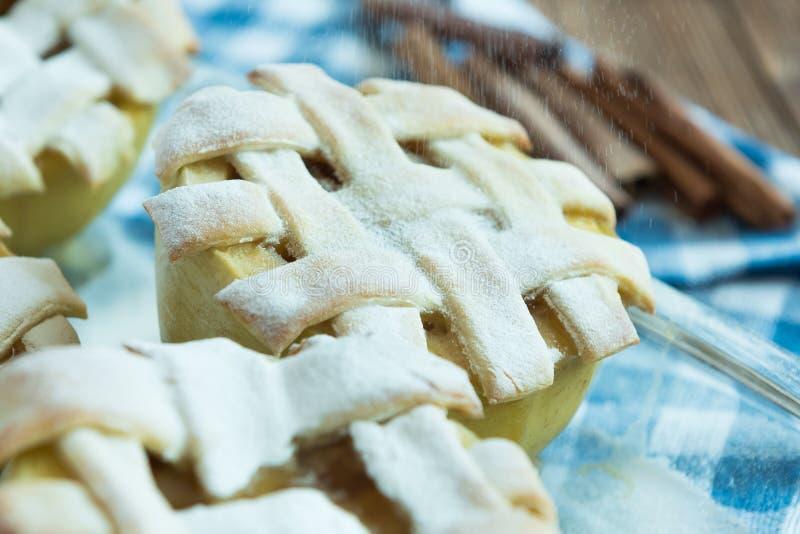 Gebakken appelen met cinnamone, honing en vanille stock foto