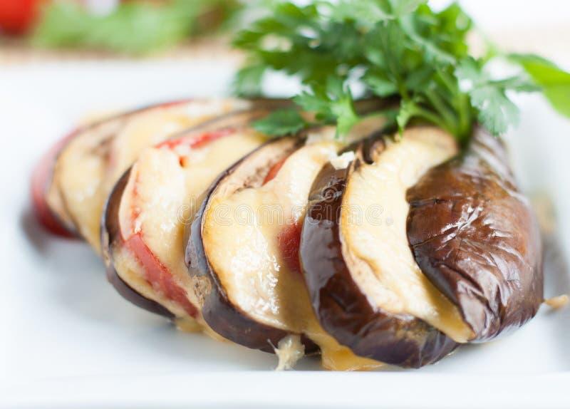 Gebakken aubergine met kaassaus stock foto's