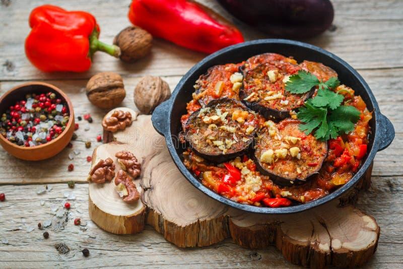 Gebakken aubergine met peper, knoflook, tomaten en okkernoten Koud of heet voorgerecht stock afbeelding