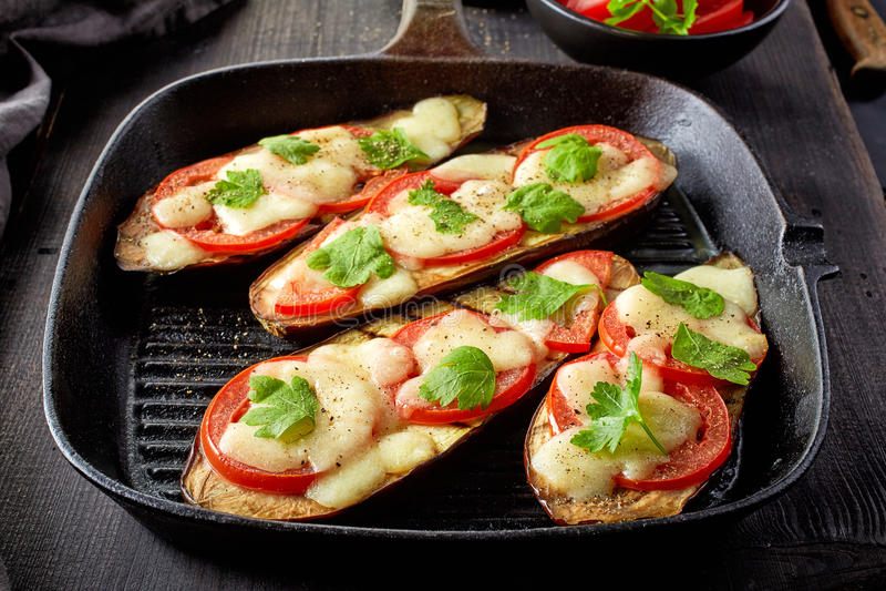 Gebakken aubergine met tomaten en kaas royalty-vrije stock fotografie