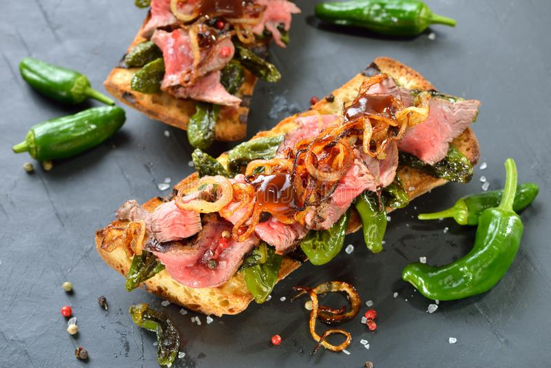 Gebakken baguette met Spaanse pepers en lapje vlees royalty-vrije stock foto's
