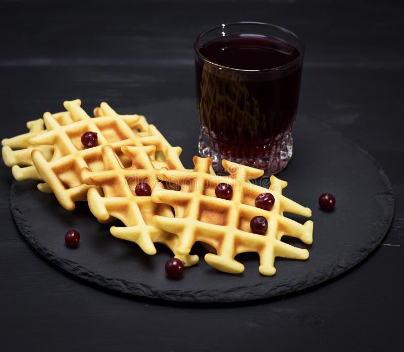Gebakken Belgische wafels en fruitcompote stock fotografie
